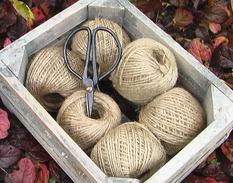 Trälåda med sax och snöre